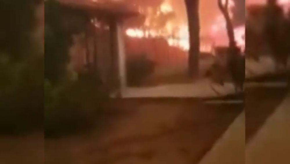 Retransmite en directo cómo el fuego rodea su casa hasta dejarlo atrapado