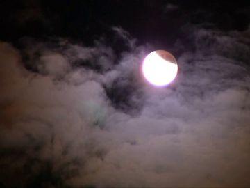 El eclipse lunar más largo del siglo XXI ilumina los cielos australianos