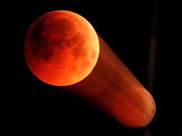 Un efecto creado por el movimiento del eclipse lunar en Jammu, capital de Kashmir, India