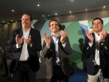 El presidente del Partido Popular, Pablo Casado (c), junto al presidente del PP de Andalucía, Juanma Moreno (d), y Adolfo Molina, presidente del PP de Córdoba (i)