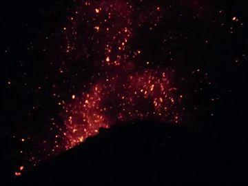 Espectacular vídeo muestra al volcán Anak en erupción