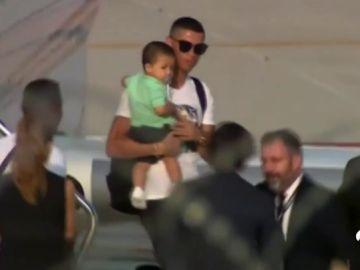 Cristiano Ronaldo desata la locura en su llegada a Turín