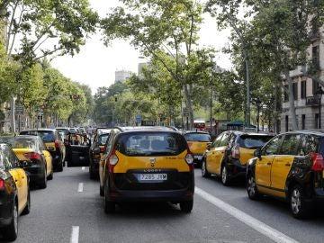 Diversos taxis ocupan la Gran Vía de les Corts Catalanes de Barcelona