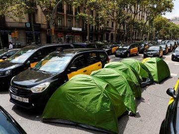 Taxistas en huelga ocupan por tercer día, la Gran Vía de Barcelona