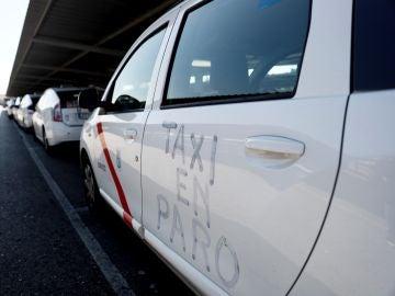 Fila de taxis estacionados en las inmediaciones del aeropuerto Adolfo Suárez Madrid-Barajas