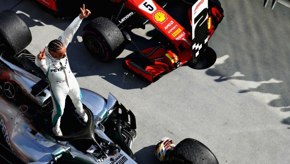Hamilton, de pie en su Mercedes