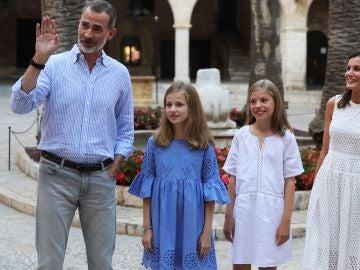 Los Reyes posan con sus hijas en Palma de Mallorca