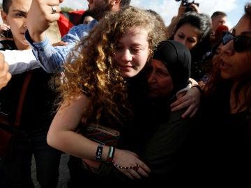 La adolescente palestina Ahed Tamimi es recibida por sus familiares