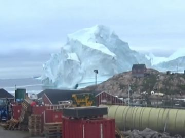 Un iceberg de 100 metros amenaza una pequeña isla de Groenlandia
