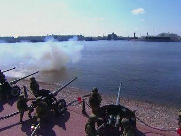 Putin alaba el papel de la Armada rusa durante el desfile naval en San Petersburgo