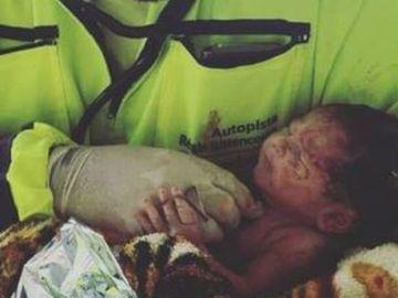 Un paramédico con la bebé