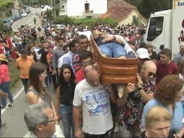 Varios ataúdes con personas vivas en su interior desfilan por las calles de Santa Marta de Ribarteme, en Pontevedra