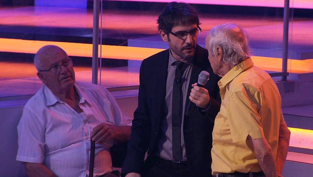 José encuentra en el público a un hombre que viene de Casillas de Flores, su pueblo natal