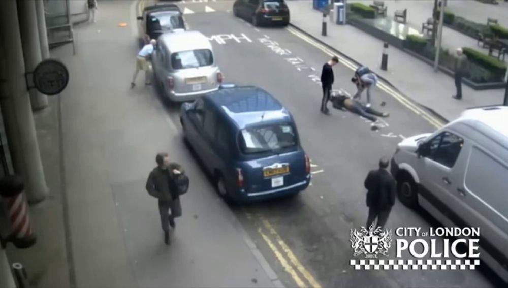 Un taxista deja a un hombre inconsciente en mitad de la calle