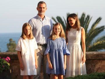 Los Reyes de España junto a sus hijas en su tradicional posado veraniego