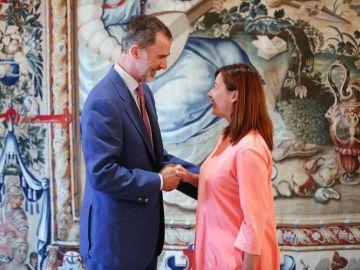 El Rey Felipe VI junto a la presidenta de Baleares, Francina Armengol