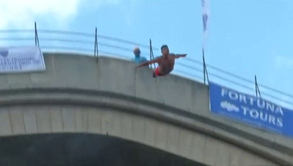 REMPLAZO Decenas de personas saltan desde el puente de Mostar en Bosnia alcanzando casi los 80 kilómetros por hora en la caída