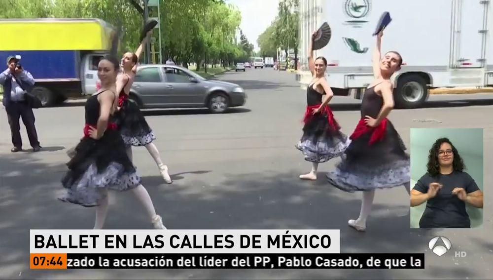 El ballet clásico entretiene a los conductores durante el tráfico en Ciudad de México