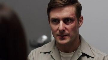 La agente Beth consigue encarcelar a uno de los acusados en el crimen de la familia