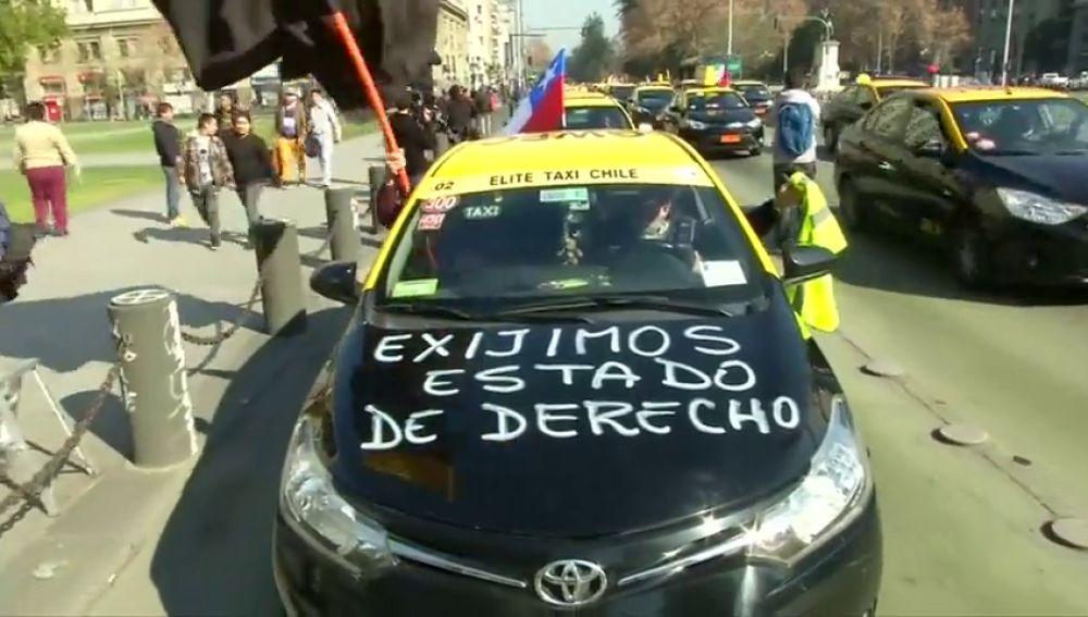 Taxistas chilenos rechazan la ley que legaliza a Uber y Cabify
