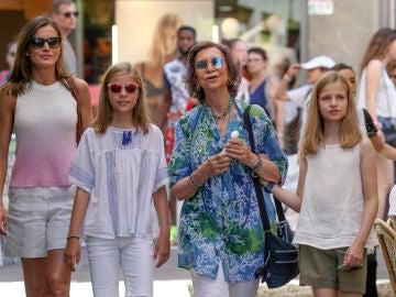 La reina Letizia, Doña Sofía, la infanta Sofía y la princesa Leonor en el mercado