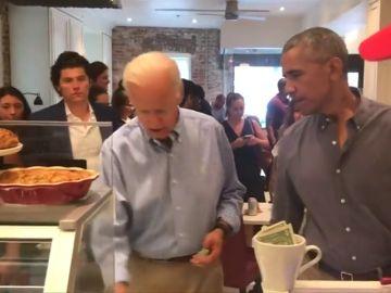 Obama  y Biden, clientes sorpresa en una pasteleria en Washington