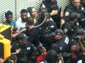 La cantante Queen Naija provoca una estampida en Times Square