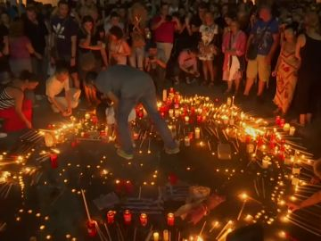 Cientos de personas organizan una vigilia en memoria de las ya 92 personas fallecidas en los incendios en Grecia