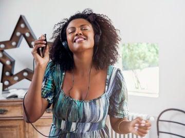 Una chica escuchando música feliz