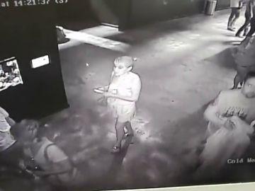 Una cámara de seguridad graba a tres personas robando un tiburón de un acuario haciéndolo pasar por un bebé