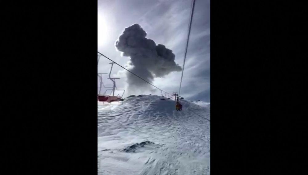 Unos esquiadores captan la explosión de un volcán rodeado de nieve en Chile