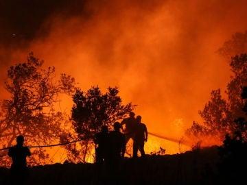 Noticias 1 Antena 3 (09-08-18) Los bomberos dan por estabilizado el incendio de Llutxent (Valencia)