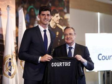 Courtois, junto a Florentino Pérez en su presentación con el Madrid
