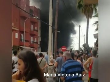 Desalojadas decenas de personas por el incendio de un taller situado en el bajo de un edificio en Son Ferrol