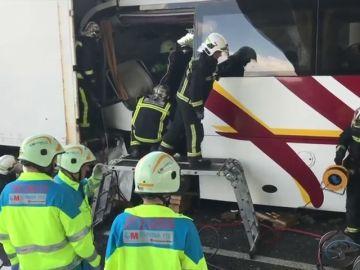 Un muerto y nueve heridos en una colisión en cadena con un camión y un autobús en Madrid