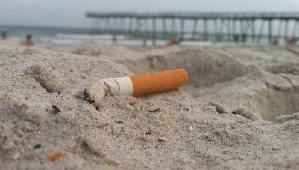 Un cigarrillo en la arena de la playa