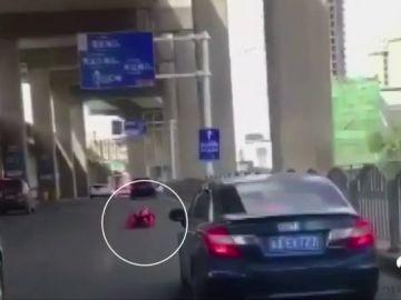 Un hombre con un traje de ruedas sorprende a los conductores de una carretera en China