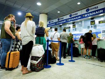 Pasajeros de Ryanair hacen cola en el aeropuerto el día de la huelga