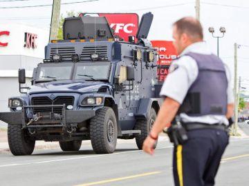 Vista de un camión blindado de la policía de Canadá