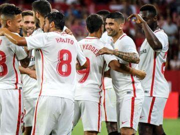 Lo jugadores del Sevilla celebran el gol de Banega