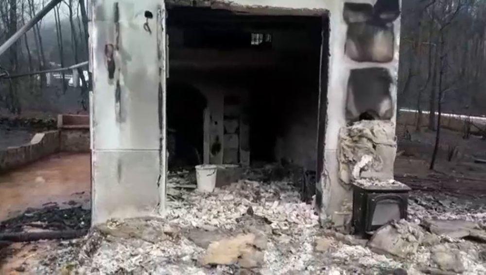 Regreso a una de las casas calcinada tras el incendio de Valencia