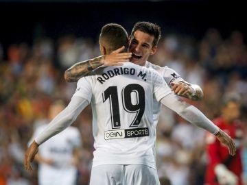 Los jugadores del Valencia CF Rodrigo y Santi Mina celebran el gol marcado ante el Bayer 04 Leverkusen.