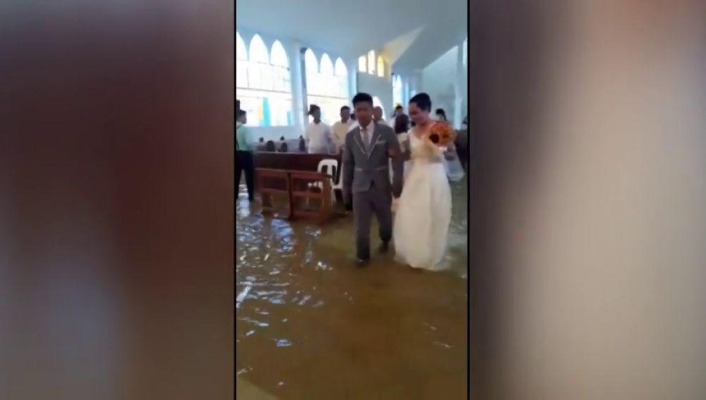 Una pareja se casa en una iglesia inundada en Bulacán, Filipinas