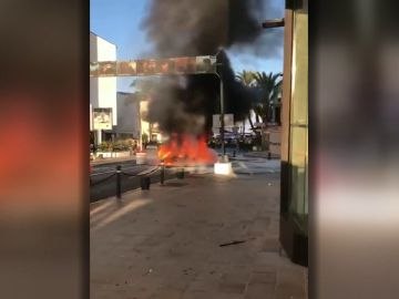 Un coche explota en Puerto Banús