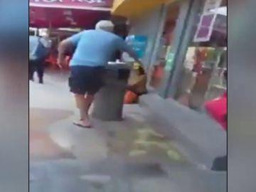 Un hombre tira ácido muriático a una niña que estaba sentada en la entrada de un supermercado