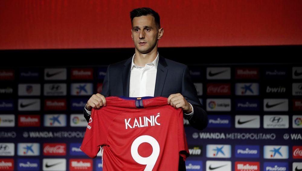 Kalinic en su presentación con el Atlético de Madrid