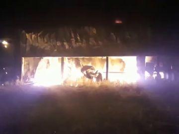 Un incendio calcina más de la mitad de una empresa en Agurain, Salvatierra