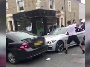 Cinco enmascarados destruyen un BMW con bates de metal