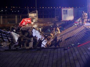Un muelle de madera se ha hundido provocando la caída de decenas de asistentes al mar mientras asistían al festival O Marisquiño, en Vigo.