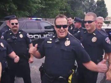 Policías de Estados Unidos bailan en redes sociales para limpiar su imagen